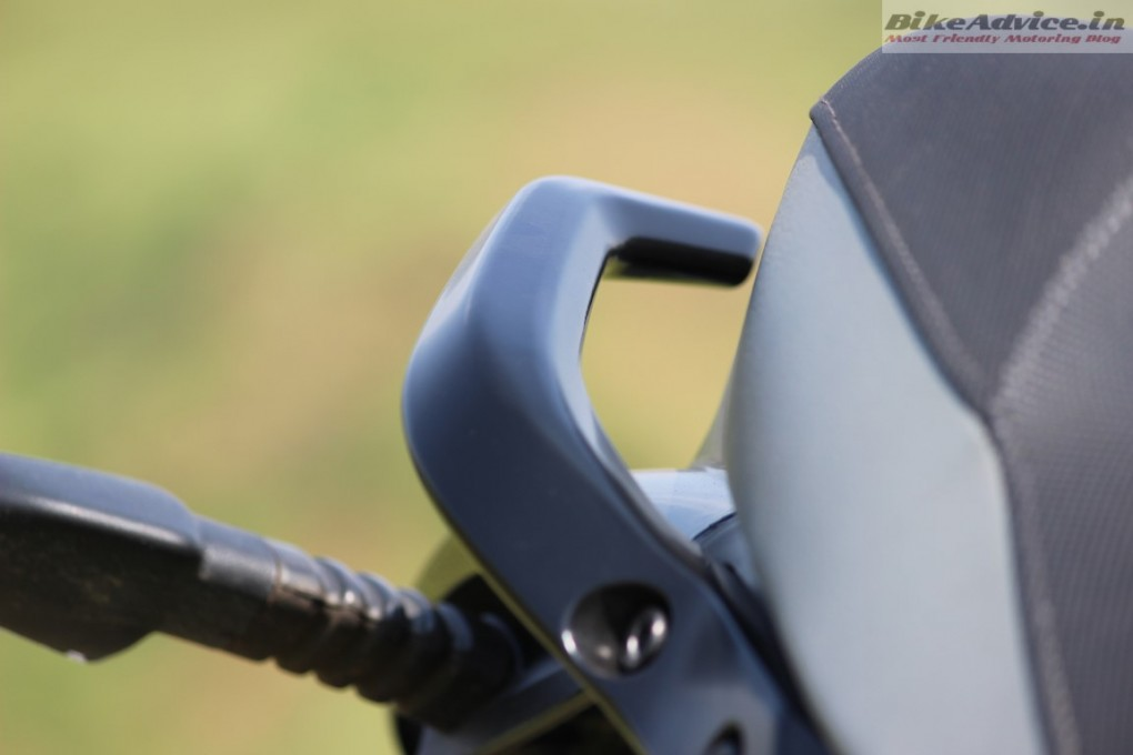 Mahindra-Mojo-Pic-grab-rail